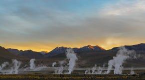 Geyserfält för El Tatio på soluppgång, Atacama öken, Chile royaltyfria bilder