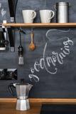 Geyserkaffebryggare på en chalky kökväggbakgrund i en vindstil `en För bra morgon för inskrift`, Royaltyfri Fotografi