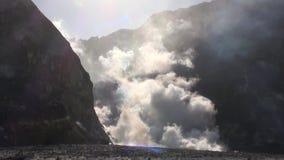 Geysers Hot Springs nas montanhas na ilha branca em Nova Zelândia vídeos de arquivo