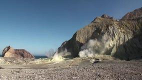 Geysers Hot Springs nas montanhas na ilha branca em Nova Zelândia video estoque