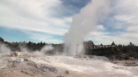 Geysers Hot Springs på bakgrund av skog- och himmelhorisonten i Nya Zeeland lager videofilmer
