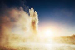 geysers iceland Fantastiskt kolory Turysty klocka skönheten av royaltyfria foton