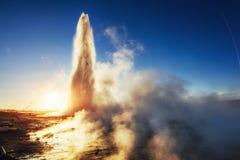 geysers iceland Fantastiskt kolory Turysty klocka skönheten av fotografering för bildbyråer