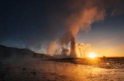 geysers iceland Fantastiskt kolory Turysty klocka skönheten av världen royaltyfri fotografi