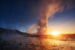 geysers iceland Fantastiskt kolory Turysty klocka skönheten av världen fotografering för bildbyråer