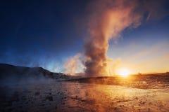 geysers iceland Fantastiskt kolory Turysty klocka skönheten av världen royaltyfria bilder