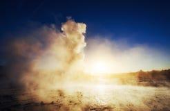 geysers iceland Fantastiskt kolory Turysty klocka skönheten av världen royaltyfria foton