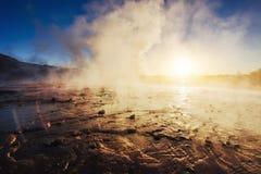 geysers iceland Fantastiskt kolory Turysty klocka skönheten av världen royaltyfri foto
