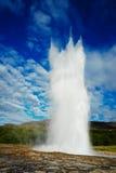 Geysir bricht aus lizenzfreie stockfotografie