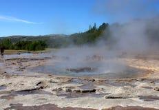 Geysir in IJsland vóór uitbarsting Stock Afbeelding