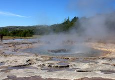 Geysir in Islanda prima dell'eruzione Immagine Stock