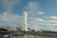 Geysir puissant sur l'Islande Images stock