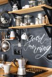 Geysiraluminiumkaffeemaschine auf dem Hintergrund einer schwarzen Wand w Lizenzfreies Stockbild