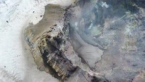 Geysire und Dampf, die vom heißen Boden in einem geothermischen Bereich kommen stock video