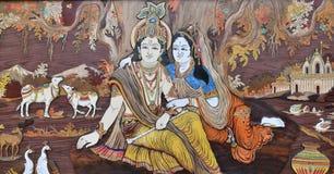 Gezüchtete in Handarbeit gemachte indische hindische Götter Krishna und Radha auf Holz, ganzer Hintergrund stockfoto