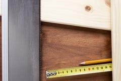Gezaagde raad handsaw stock afbeeldingen