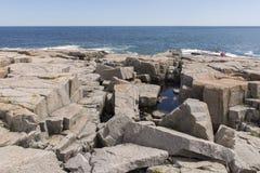 Gezackte Felsen auf Küstenlinie im Acadia-Nationalpark Stockbilder