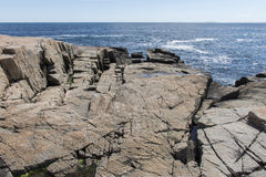 Gezackte Felsen auf Küstenlinie im Acadia-Nationalpark Stockbild