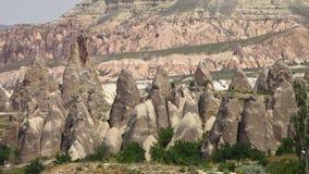 Gezackte Felsformationen in den Schichten herauf einen Berg stock video