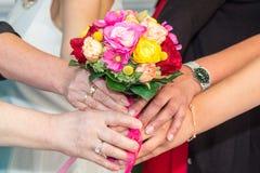 Gezamenlijke holding van een bruids boeket Stock Foto