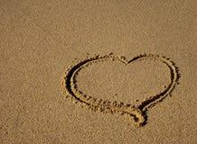 Gezeichnet in das Sandinnere - ein Zeichen der Liebe! Lizenzfreie Stockfotos