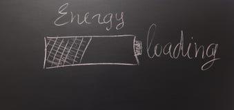 Gezeichnet einer Batterie auf einer Tafel mit Text: Energie - Laden Lizenzfreies Stockbild