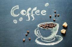 Gezeichnet mit Kreidetasse kaffee mit Kaffeebohnen und Kaffee insc Lizenzfreie Stockfotos