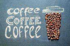 Gezeichnet mit Kreidetasse kaffee mit Kaffeebohnen und Kaffee insc Stockfotos