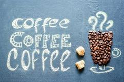 Gezeichnet mit Kreidetasse kaffee mit Kaffeebohnen und Kaffee insc Lizenzfreie Stockbilder