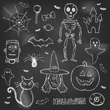 Gezeichnete Gekritzel Halloweens Hand über schwarzem Brett Stockbild
