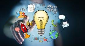 Gezeichnete Glühlampe des Geschäftsmannes rührende Hand und Multimediaikonen Stockbilder