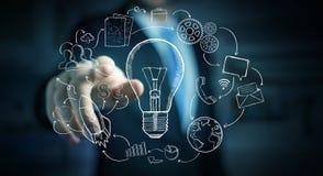 Gezeichnete Glühlampe des Geschäftsmannes rührende Hand und Multimediaikonen Stockfoto