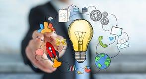 Gezeichnete Glühlampe des Geschäftsmannes rührende Hand und Multimediaikonen Stockfotos