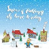 Gezeichnete Vektorillustration der Wintersaison Hand mit kleinen Häusern, Schneemann und Kind mit einem Pferdeschlitten Handgesch Lizenzfreies Stockfoto