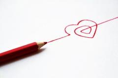 Gezeichnetes Herz des Konzeptes Hand mit Bleistiften Stockfotos