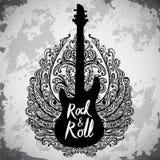 Gezeichnetes Plakat der Weinlese Hand mit E-Gitarre, aufwändigen Flügeln und Beschriftungsrock-and-roll auf Schmutzhintergrund Stockfotografie