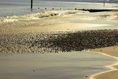 Gezeiten auf schönem Strand Stockfotografie