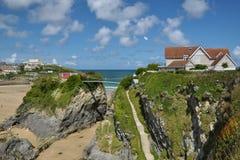 Gezeiten- Strand zwischen Klippen, Brücke zur felsigen Insel Stockfotografie
