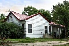 Gezellig ouderwets lager inkomens woon landelijk huis stock foto's