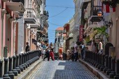 Gezellig ouderwetse Caraïbische Stad - Calle Fortaleza, San Juan, Puerto Rico Royalty-vrije Stock Foto's