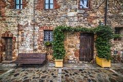 Gezellig ouderwetse hoek met houten bank in Monteriggioni royalty-vrije stock foto