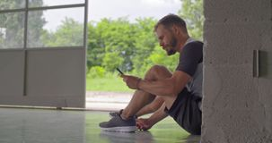 Gezet jong volwassen de schoenkant die van de mensenband voor fitness sporttraining voorbereidingen treffen Achter mening Grunge  stock videobeelden