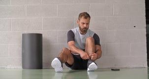 Gezet jong volwassen de schoenkant die van de mensenband voor fitness sporttraining voorbereidingen treffen Front View Grunge ind stock video
