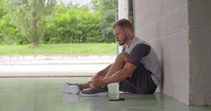 Gezet jong volwassen de schoenkant die van de mensenband voor fitness sporttraining voorbereidingen treffen Zachte nadruk Grunge  stock video