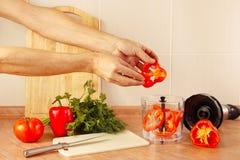 Gezette handen de kok hakte Spaanse peper in mixer Stock Foto