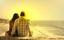 Gezette het paar let op de zonsondergang Stock Foto