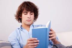 Gezette mens het lezen van een boek stock foto's