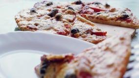 Gezette vers gebakken pizza in de plaat 1920x1080 stock video