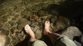 Gezette voeten in beek stock footage