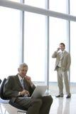 Gezette zakenman met laptop Royalty-vrije Stock Afbeelding